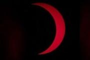 Огненное Солнце «окольцевало» черную Луну: видео