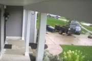 Торнадо «перепарковал» автомобиль: видео