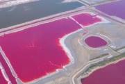 Китайское «Мертвое море» стало радужным: видео с высоты